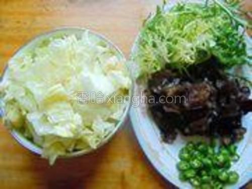 生菜撕成小片、苦菊菜切成段、黑木耳撕成小朵、尖椒切成小段。