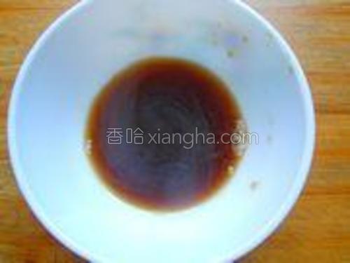 把醋、生抽、盐、白糖、堆成碗汁,搅拌均匀。