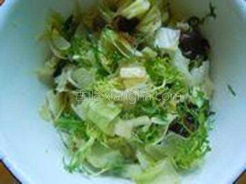 吃的时候把菜和调料汁搅拌均匀。没有搅拌前在冰箱冷藏一个小时味道会更好。