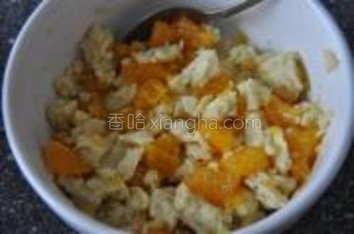 罐头香橙沥干。用罐头是因为自己剥的橙子还要去皮去筋,不怕麻烦的话,用新鲜橙子当然也好。然后用勺子拌到布丁里去,并且适量压碎。形态完全不是液体的,因为一会要拿这个夹面包吃。