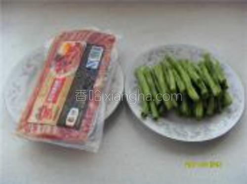 准备材料,豆角洗净切段。