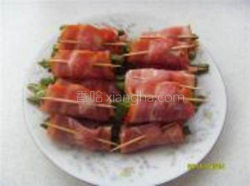 用培根肉把熟豆角(3、4根)卷起来并用牙签串起备用。
