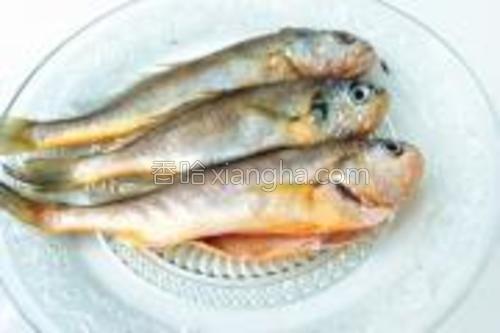 将小黄鱼解冻后,刮鳞,挖去鳃,剖腹去内脏洗净沥干。