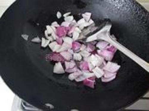 下洋葱炒出香味。
