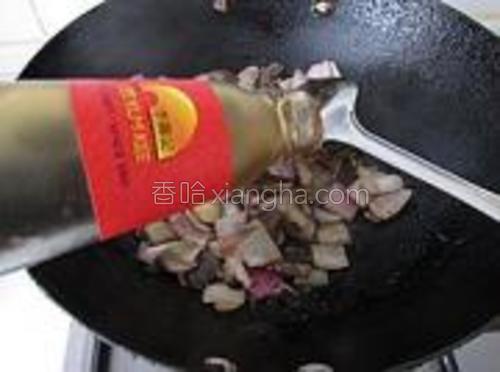 再倒点蚝油下锅,淋点开水。