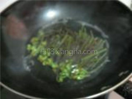 蕨菜切成三段,放入开水锅中焯水,捞出。