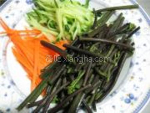 蕨菜控水,黄瓜洗净切丝,胡萝卜去皮切丝待用。
