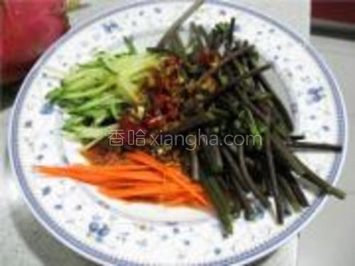 将炸香的味汁浇在蕨菜上,拌匀即可。