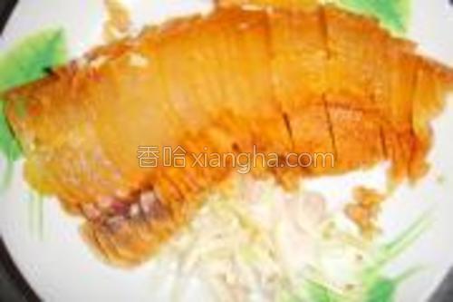 腊肉放电饭锅内的饭面上煮熟,切薄片。葱头切丝备用。