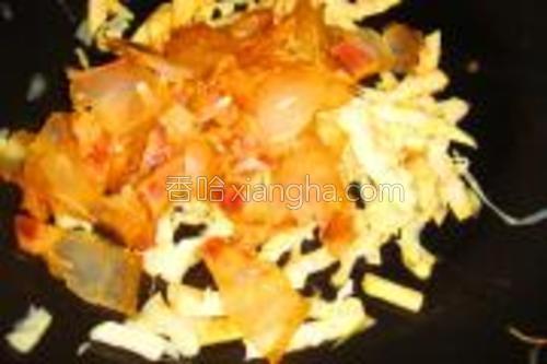 爆香春笋后,放入炒香的腊肉。加少许水焖。焖干即可。