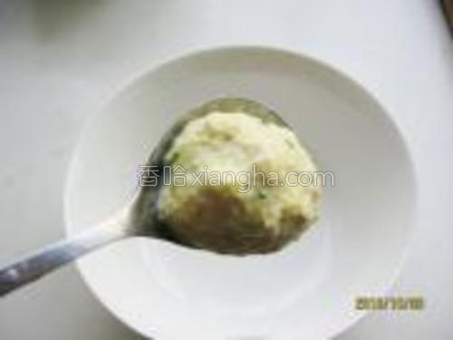 用勺挖成丸子状。