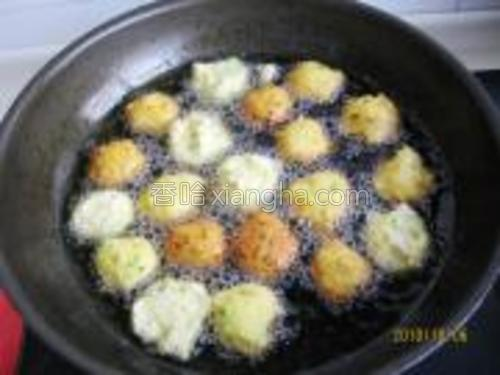 入八成热的油锅中小火慢炸。