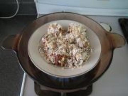 现在放入热水锅中开始蒸。