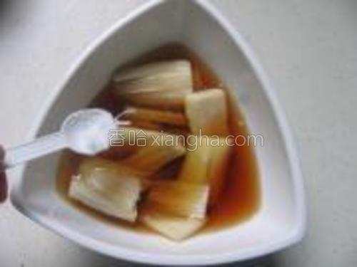 糟卤碗中加入葱油、盐、鸡精拌匀。