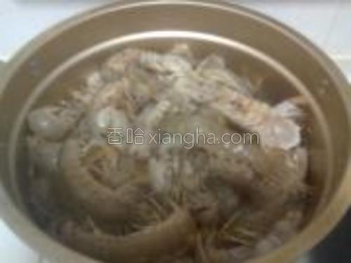 蒸锅放水,把皮皮虾放到盖帘上,撒花椒粒。