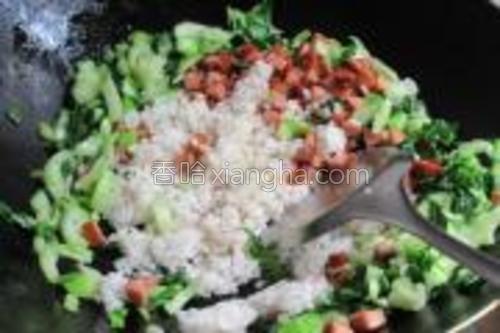 接着赶紧把米饭和脆皮肠倒进去炒,所有材料炒匀,米饭散开就可以了。