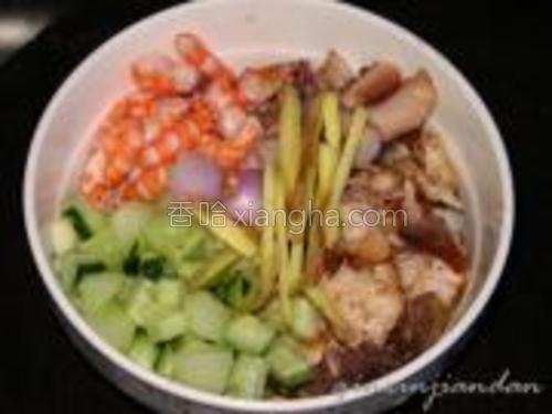 将虾去皮切段,鱼拆肉,鱿鱼切小块,黄瓜切粒,姜、葱头准备好。