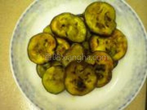 炒锅加入油烧成七成热煎茄片,两面金黄色时出锅摆盘。