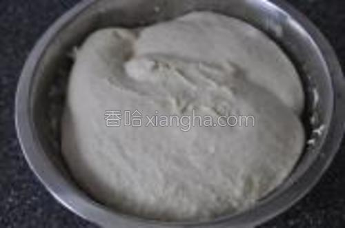 将软黄油一小块一小块地加入面团里,每次都充分搅拌均匀。面团很柔软。盖上保鲜膜,放入冰箱,2小时发酵。然后拿出,室温下再放2小时,直到体积有明显地增大。