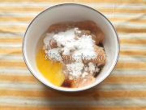 肉泥中打入一个鸡蛋,加适量盐、生抽、胡椒粉、料酒、淀粉。