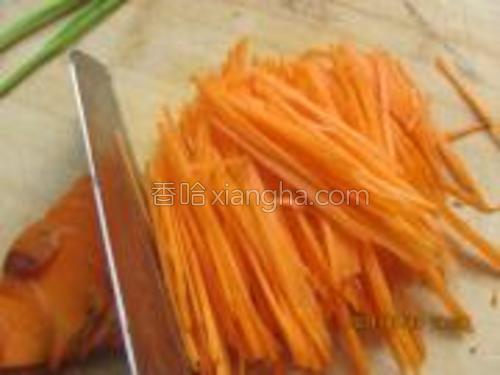把胡萝卜切成细丝。