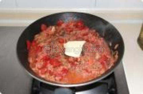 往锅里加入牛肉末,并且再放一些意大利香草、盐、黑胡椒、橄榄油和30g牛油调味,用小火煮10到15分钟。与此同时,您可以准备另一个锅将意大利面煮熟。