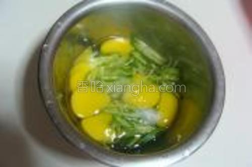 六颗鹌鹑蛋打散,加入黄瓜丝,少许盐、白糖。