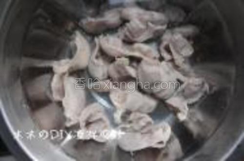 煮好的鸡胗放入冰水中泡凉。