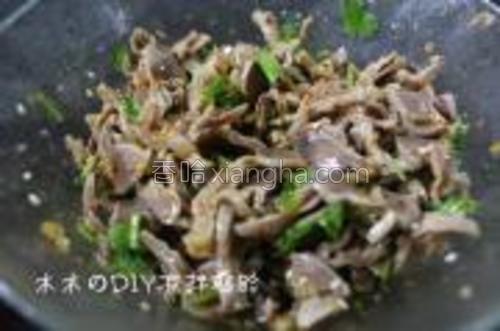 鸡胗放入碗中,加入刚才调好的辣椒调料,再加入生抽,盐,醋,糖,香油,蘑菇精,香菜,芝麻拌匀