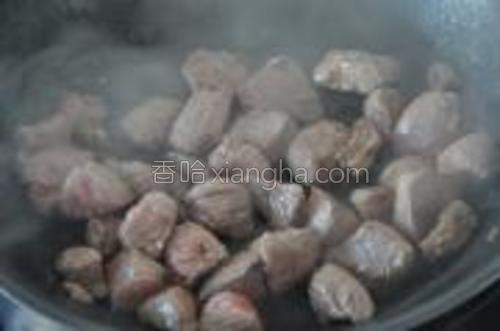 炒锅里给少油,将肉爆到表面变颜色,盛起来,备用。