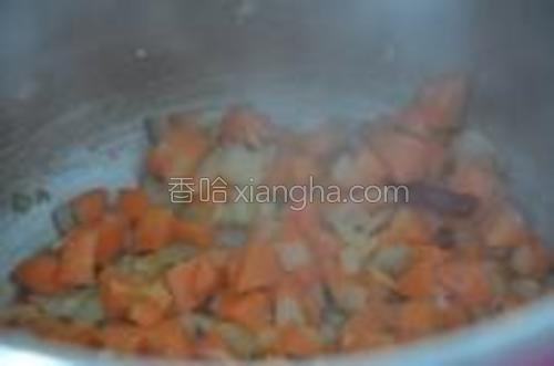 加入胡萝卜,炒到开始变软。
