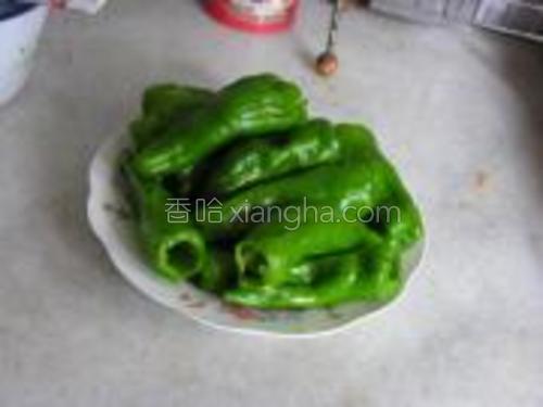 青椒去蒂去籽洗净。