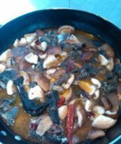 乌鸡爆得差不多后,加水,没过乌鸡。同时加入香菇、泡椒、辣椒、少量的盐和糖,烧约40分钟。泡椒、辣椒都是用来烧制时提味的。