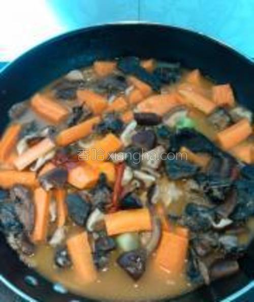 加入胡萝卜,再烧制20-25分钟。这个时候就要尝尝咸淡了,如果淡了加盐、咸了加糖。最后大火收汁。