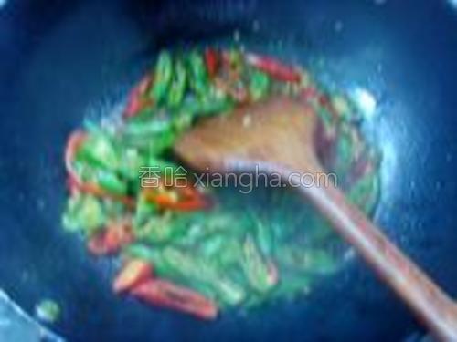 倒入青红椒一起炒,加老抽、辣椒油、盐和鸡精,再加一点点水,炒匀。