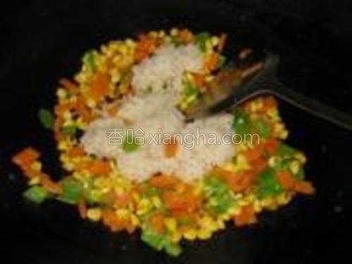 加入炒好的米饭翻炒均匀。