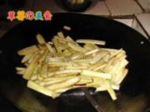 把之前腌好的茄子用清水冲洗一遍(不然会很咸)锅内放少许油把茄子放进去煸炒一下。