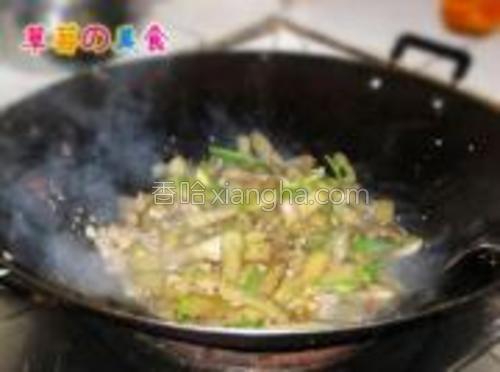 加青椒丝进去翻炒断生,撒上葱花,放水淀粉勾一下芡,出锅即可。