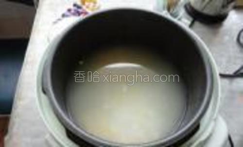 电饭煲定位到粥档把粥煮好。