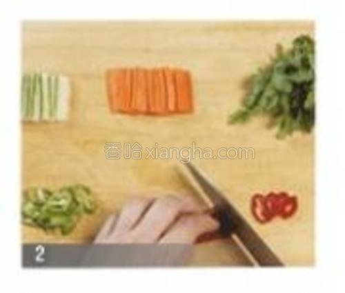 黄瓜用盐搓揉洗净,斜切成长4cm宽1.5cm厚0.3cm左右的片(60g)。胡萝卜与黄瓜切成一样大小备用(20g)。青.红辣椒斜切成长2cm,厚0.5cm左右的丝后去籽儿(青辣椒10g,红辣椒7g)。.茼蒿清理洗净切成5cm左右长的段(20g)