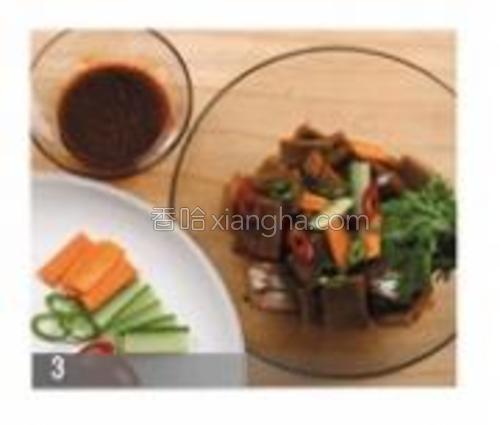 做调味酱料。橡子果凉粉里放入蔬菜与调味酱料