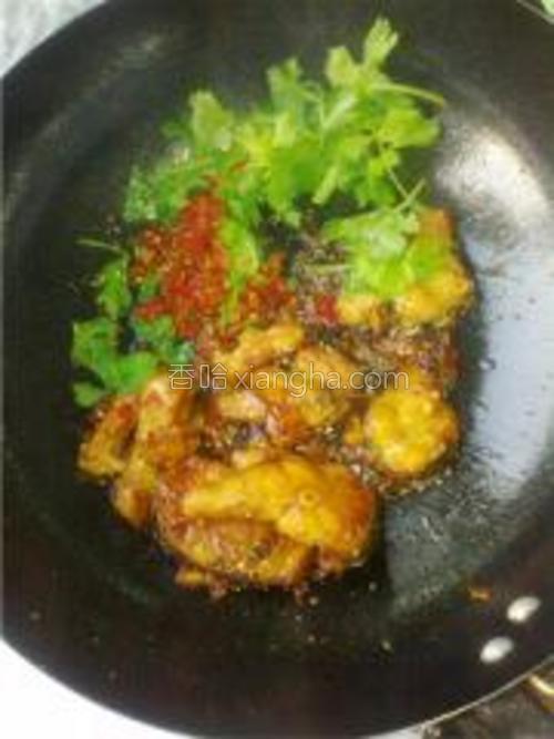 在汁收拢时,放剁椒、葱翻炒出锅摆盘即可(家里没有葱了,我用芹菜叶替代的,也蛮好。)。