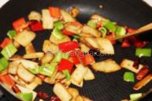 出辣味后加入适量生抽继续翻炒。有明显酱香味出后,加入青红椒。