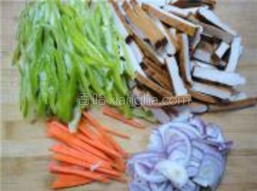 把青椒、洋葱、胡萝卜、茶干切成丝。