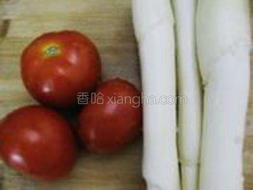 番茄、茭白洗净备用。