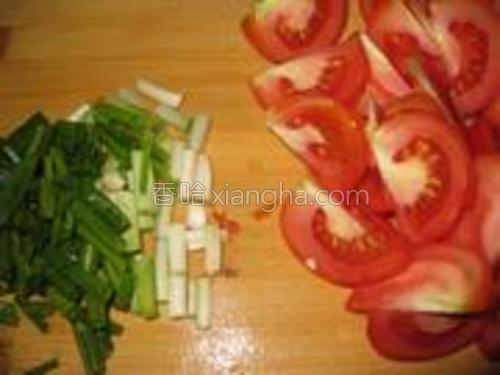 香葱切段,番茄切块。