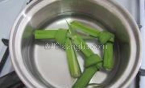 小锅中放适量的水加香草煮。