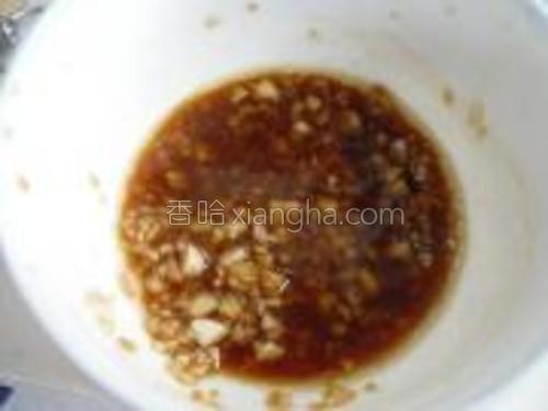 加适量红油,生抽,少许盐搅拌均匀。