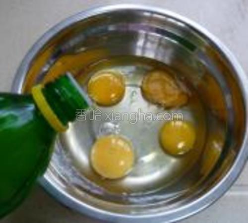 鸡蛋打入无油无水的盆中,滴入柠檬汁。