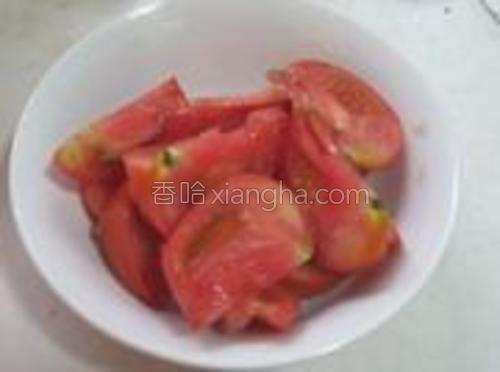 西红柿切成块。